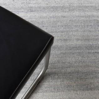 Extra dünner Schurwollteppich nach Maß, handgewebt in Österreich in der Farbe Seidengrau