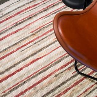 Gestreifter Schurwollteppich, Schafwollteppich, handgewebt von Jordan-Teppiche mit braunem Ledersessel