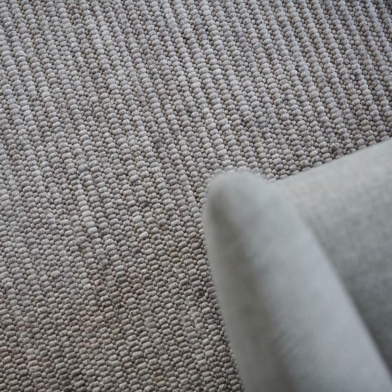 Wunderschöner handgewebter Schurwollteppich Tromsö von Jordan in grau, mit Fauteuil