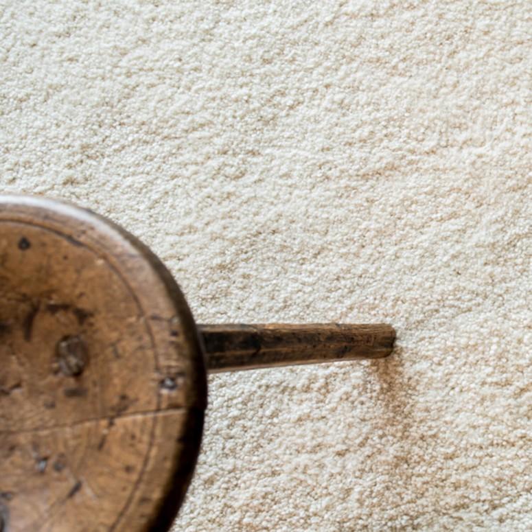 Kuscheliger XXL Schurwollteppich aus dem Hause Jordan, in weiß, Schlafzimmerteppich, mit Beistelltisch