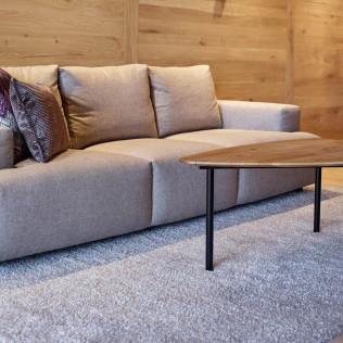 Handgewebter Schurwollteppich Oslo von Jordan, in der Farbe Hellgrau, liegt unter dem Couchtisch und Sofa
