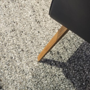 Maßgefertigter Noppenteppich aus reiner Schurwolle, handgewebt in Österreich